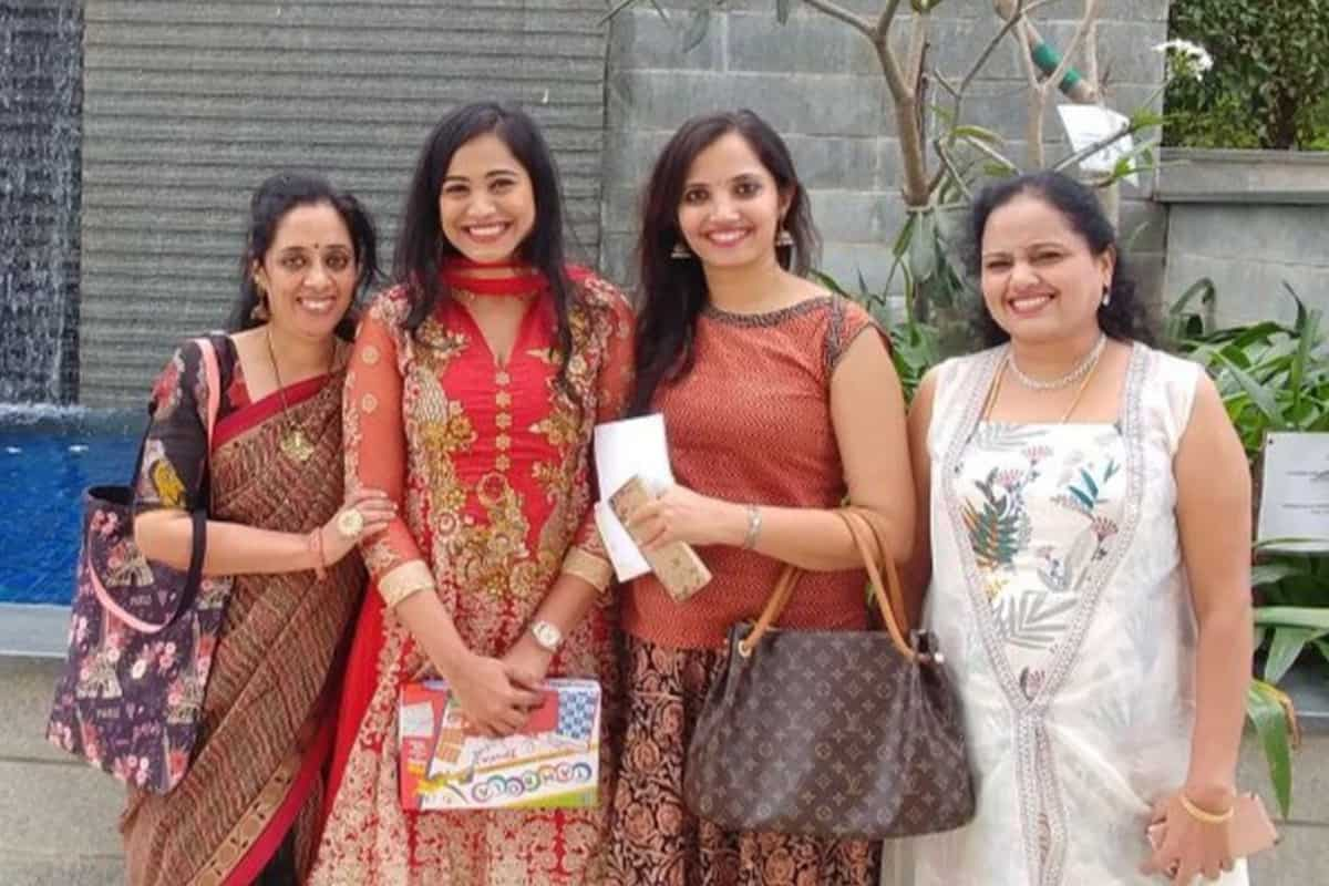 Anchor Reena Dsouza hosts Raghu & Sujata's house warming ceremony
